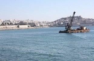 Ο πλωτός γερανός έπιασε δουλειά στην Ραψάνη