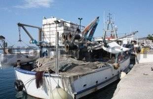 Καΐκια ακριβώς δίπλα σε τουριστικά σκάφη!