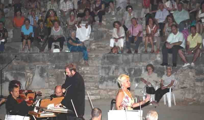 Πολύς κόσμος στο γκαλά όπερας