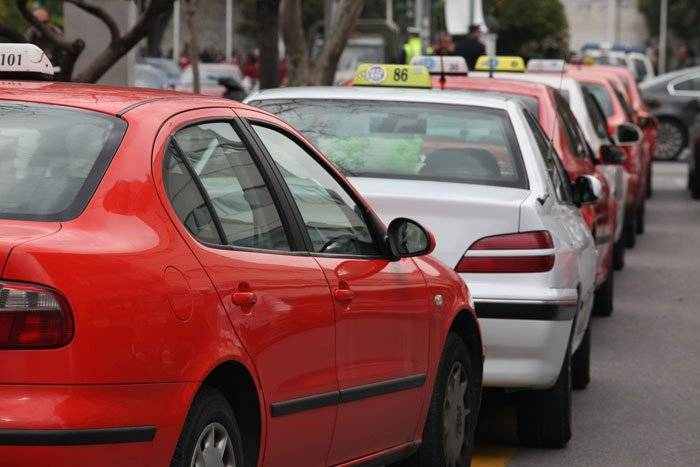 Μείωση κομίστρου -μετά από Υπουργική Απόφαση- στα ταξί σε Αττική, Θεσσαλονίκη, Καβάλα ως τα τέλη του Οκτώβρη