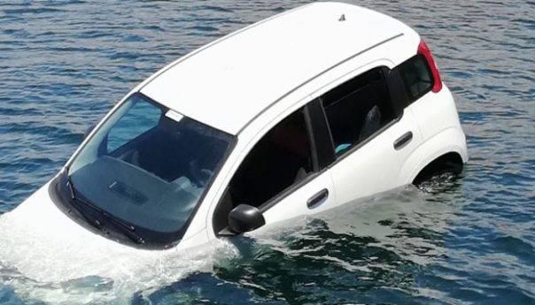 Επιβατικό αυτοκίνητο έπεσε στην θάλασσα στο λιμάνι ! (φωτογραφία)