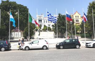 Οι σημαίες του Cosmopolis στον δημοτικό κήπο