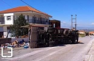 Φορτηγό χωρίς φρένα έπεσε σε μαντρότοιχο σπιτιού σε χωριό της Καβάλας (ΦΩΤΟ)