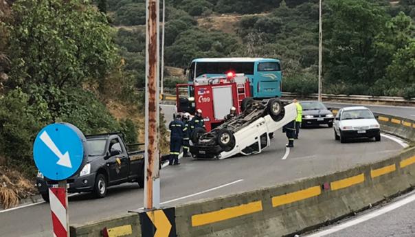 Δύο τραυματίες σε ανατροπή οχήματος- Απεγκλωβίστηκαν από την Πυροσβεστική  (φωτογραφίες )