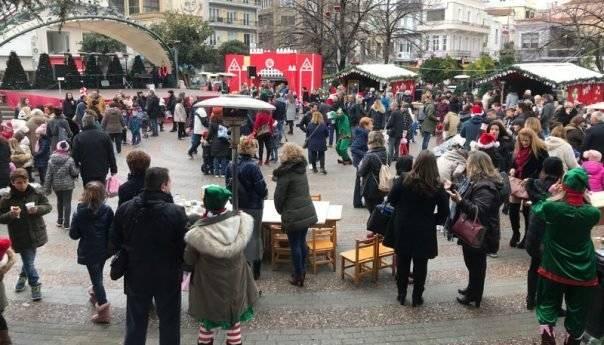 Πολύς κόσμος στη Χριστουγεννιάτικη κεντρική πλατεία