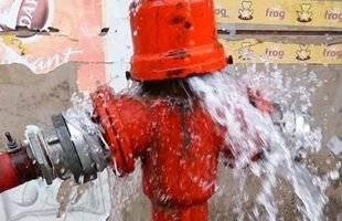 «Έσπασε» πυροσβεστικός κρουνός στην οδό Ι. Μέξη