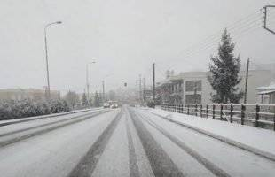 Η έντονη χιονόπτωση δημιουργεί προβλήματα στους δρόμους