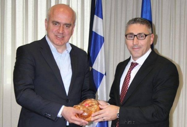 bae3de49cff Eυχές για το Πάσχα στον Περιφερειάρχη ΑΜΘ από τον Γενικό Πρόξενο της  Τουρκίας στην Κομοτηνή