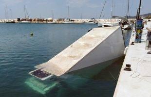 «Ακυβέρνητο» φορτηγό στη θάλασσα, στo λιμάνι στα  Λιμενάρια (φώτο)