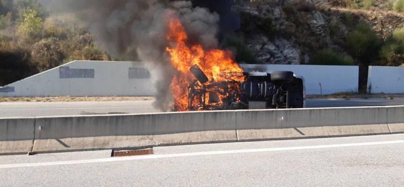 ΙΧ αυτοκίνητο πήρε φωτιά στην Εγνατία οδό στην είσοδο της Ασπροβάλτας (φωτογραφίες)