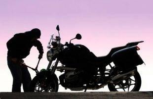 Σύλληψη 18χρονου ημεδαπού στη Καβάλα ο οποίος έκλεψε δύο μοτοσικλέτες & διέρρηξε δύο επιχειρήσεις