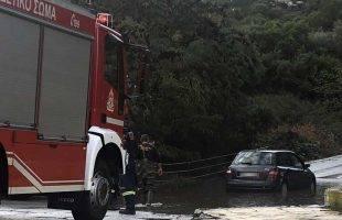 Εγκλωβισμός οχήματος στα νερά της βροχής στον Άγιο Λουκά (φωτογραφίες)