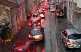 Ουρές στην οδό Κολοκοτρώνη λόγω ... πεσμένης γέφυρας (φωτογραφία)