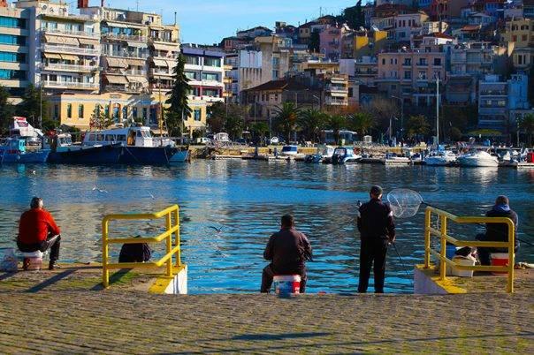 Έφτιαξε ο καιρός, γέμισε με ψαράδες το λιμάνι