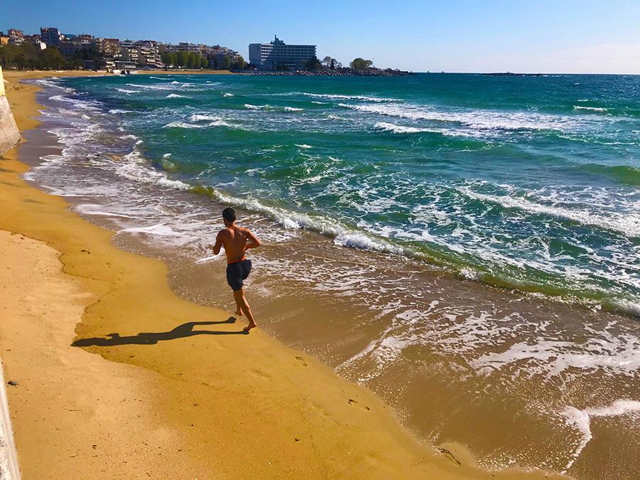 Γυμναστική με παρέα τη θάλασσα!