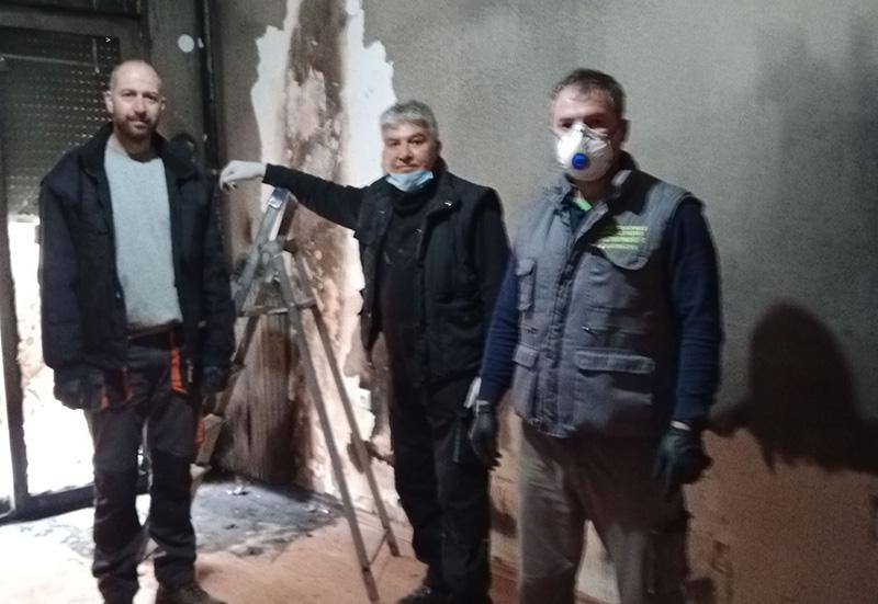Εθελοντική εργασία ηλεκτρολόγων στο διαμέρισμα που έπαθε ζημιά από φωτιά (φωτογραφίες)