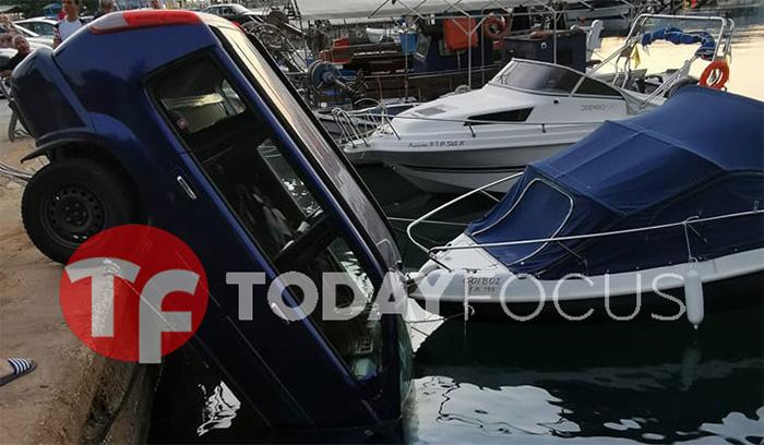 Θάσος: Ξέχασε να σηκώσει χειρόφρενο και το όχημα του «βούτηξε» στο νερό! (φωτογραφίες+video)