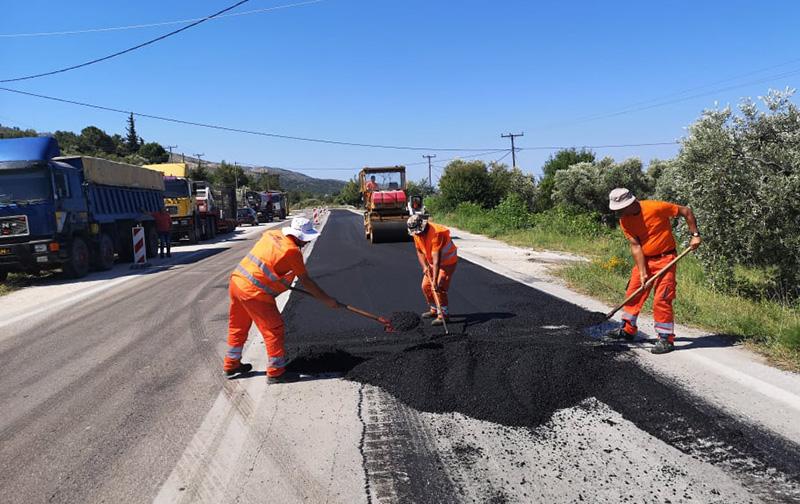 Προχωρούν οι εργασίες ασφαλτόστρωσης και συντήρησης των οδικών δικτύων στη Θάσο (φωτογραφίες)