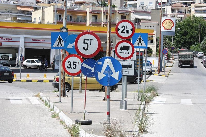 11 οδικές πινακίδες στο ίδιο σημείο, στην ανατολική είσοδο της Καβάλας – Μπερδεύουν ή ενημερώνουν τους οδηγούς;