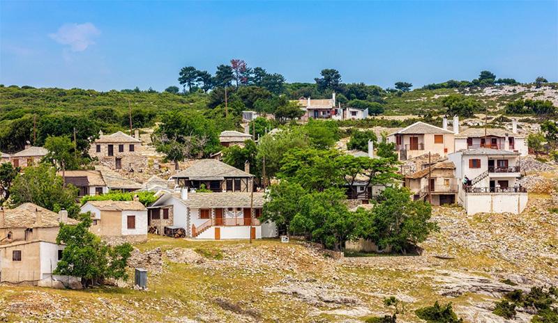 Κάστρο, Θάσος: Το γραφικό χωριό στην ενδοχώρα του νησιού που συναγωνίζεται τις παραλίες του