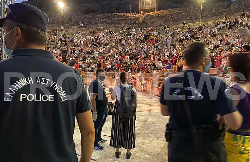 Με μάσκα & αστυνομική επιτήρηση οι θεατές της συναυλίας Ξαρχάκου (φωτογραφίες)