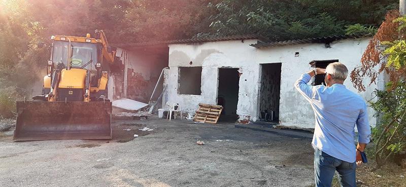 Κατεδάφιση κτιρίου στο Σταυρό Αμυγδαλεώνα (φωτογραφίες)