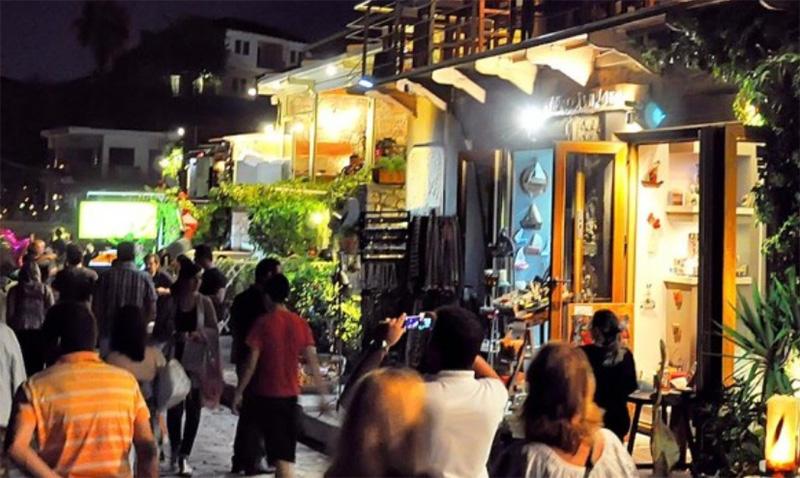 Το νέο ωράριο των μπαρ έβγαλε τους τουρίστες στις πλατείες της Θάσου