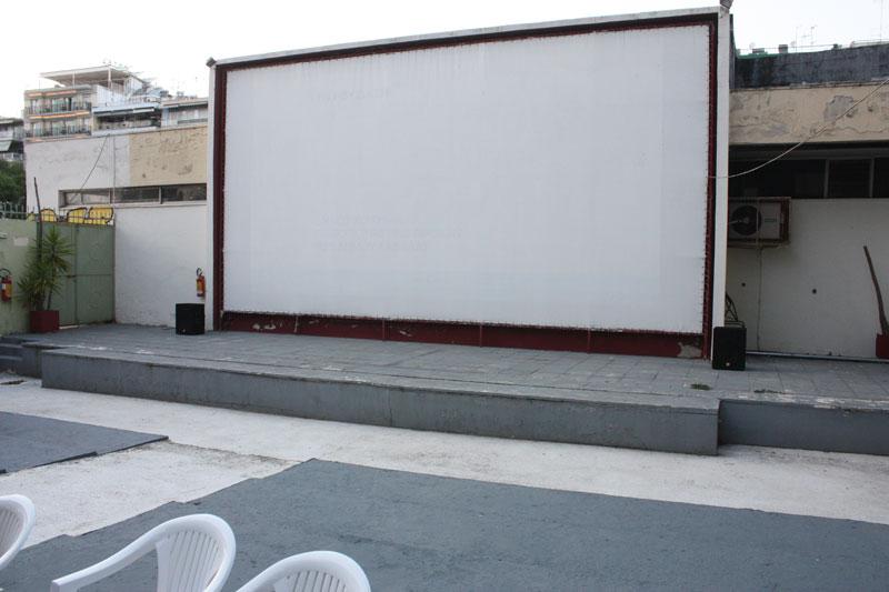Η Μανίνα Ζουμπουλάκη γράφει για τα θερινά σινεμά της παιδικής της ηλικίας σε Καβάλα-Θάσο