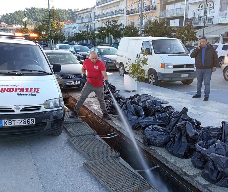Καθαρισμός φρεατίων – αγωγών ομβρίων υδάτων στα λιμάνια της Θάσου (φωτογραφίες)
