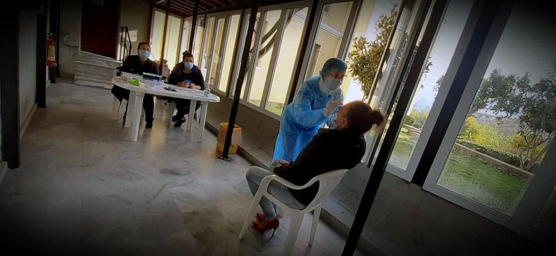 Καβάλα: Μόνο 28 εκπαιδευτικοί προσήλθαν στο Δημαρχείο και έκαναν rapid test! (φωτογραφίες)