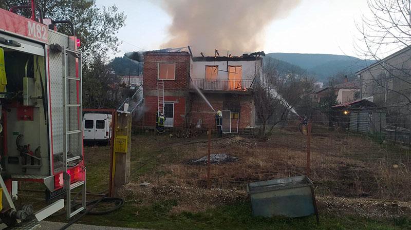 Φωτιά σε σπίτι στο Ζυγός – Κάηκε ένας άνθρωπος (φωτογραφίες)