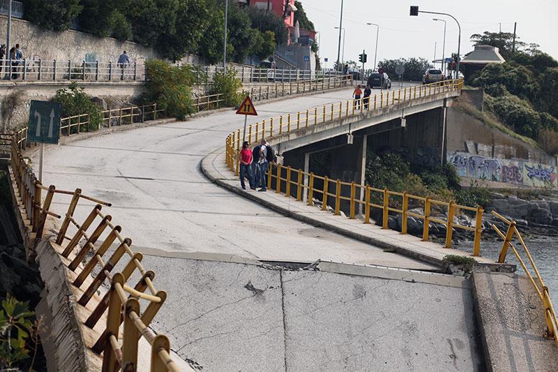 Αρχίζουν γεωτρήσεις στην πεσμένη γέφυρα