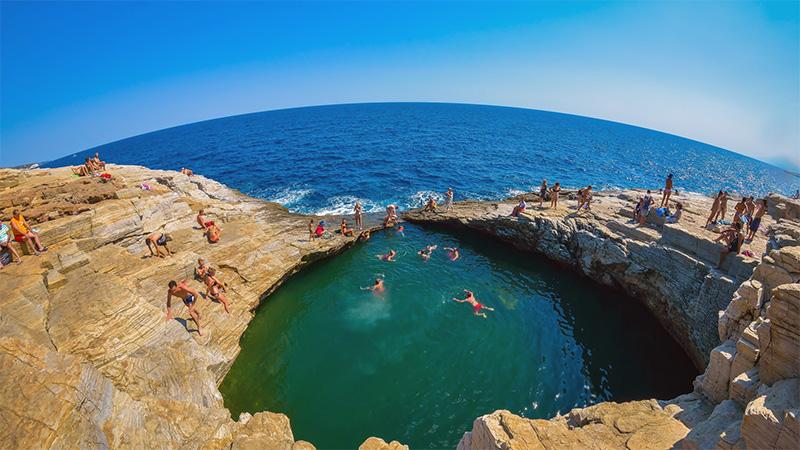 Γκιόλα: Η φυσική πισίνα που κλέβει τις εντυπώσεις στη Θάσο (φωτογραφίες)