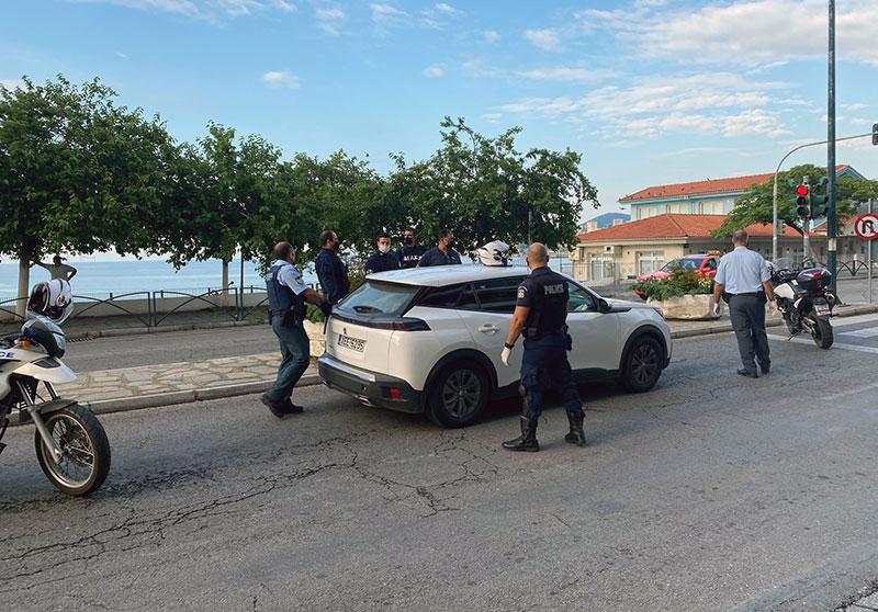 Ακινητοποιήθηκε ΙΧ αυτοκίνητο με παράνομους μετανάστες στη Ραψάνη(φωτογραφίες)