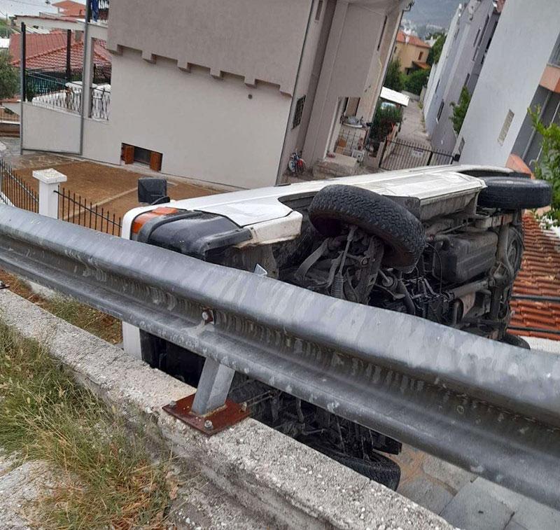 """Τροχαίο ατύχημα στο Παληό – Αυτοκίνητο """"προσγειώθηκε"""" στην είσοδο  σπιτιού! (φωτογραφίες-videos)"""